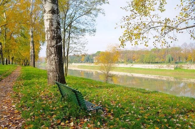 秋のアルノ川